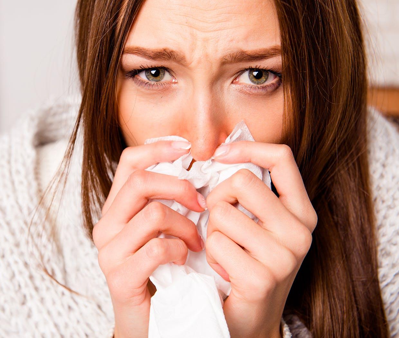 Kvinde har problemer med løbende næse