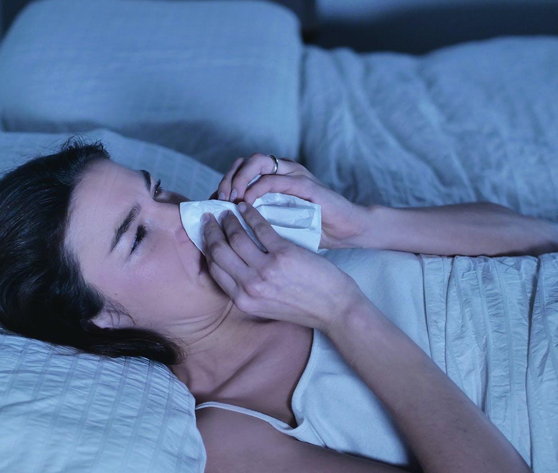 Kvinde kan ikke sove om natten på grund af stoppet næse