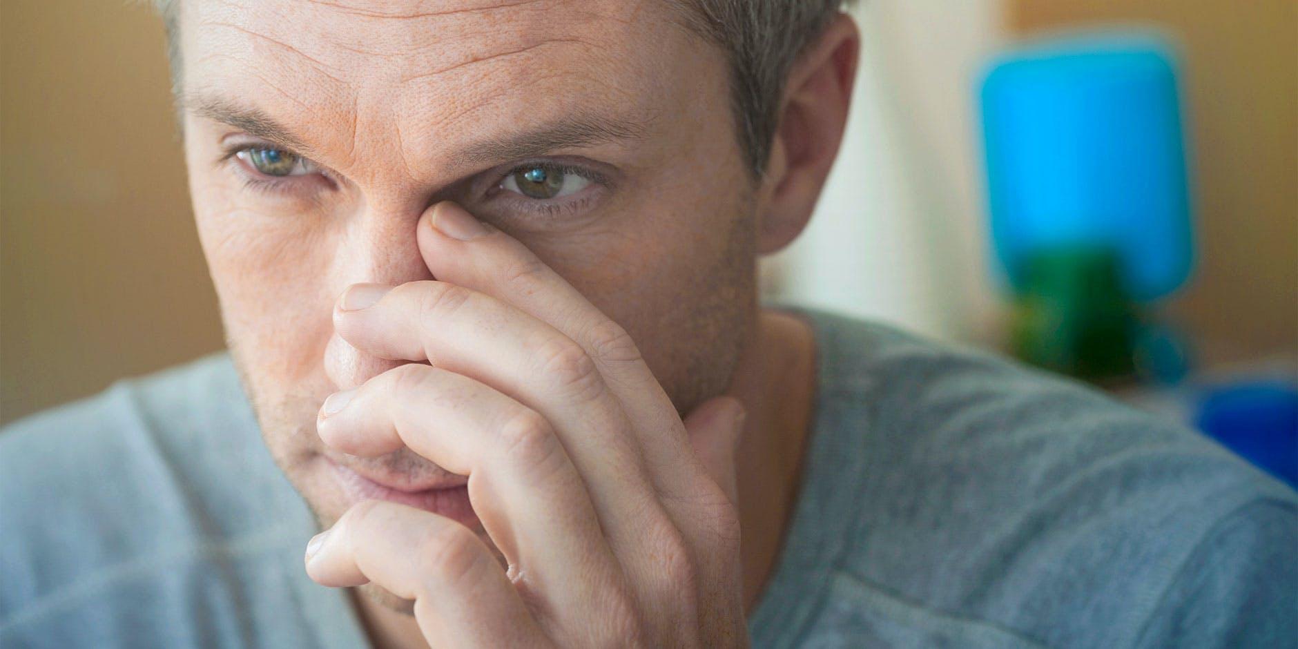 Mand har smerter i ansigtet