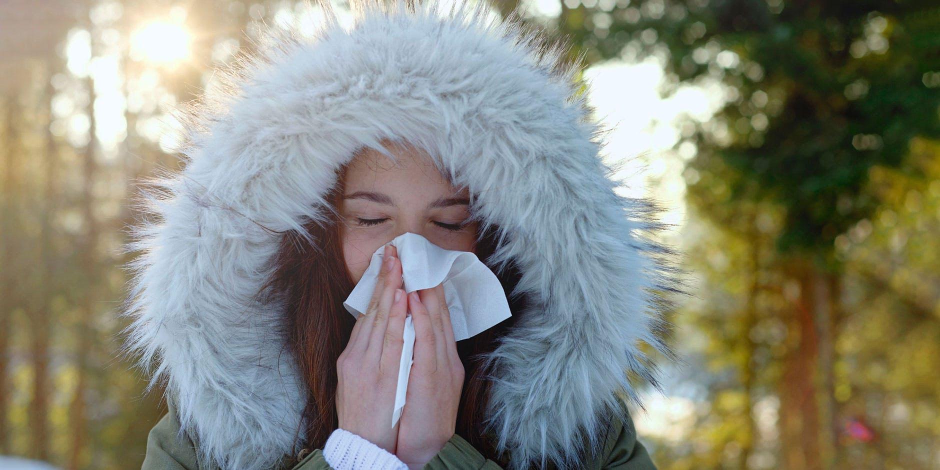 Nasenatmung: Eine junge Frau, befreit von ihrer verstopften Nase, neigt ihren Kopf lächelnd in die Sonne