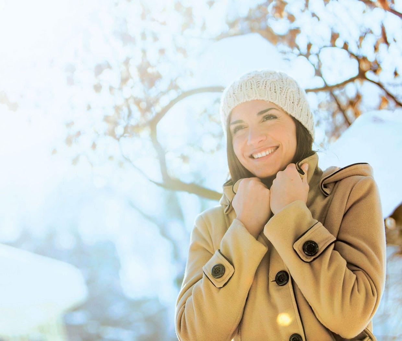 Nainen nauttii keväästä - Nenäsumute flunssaan