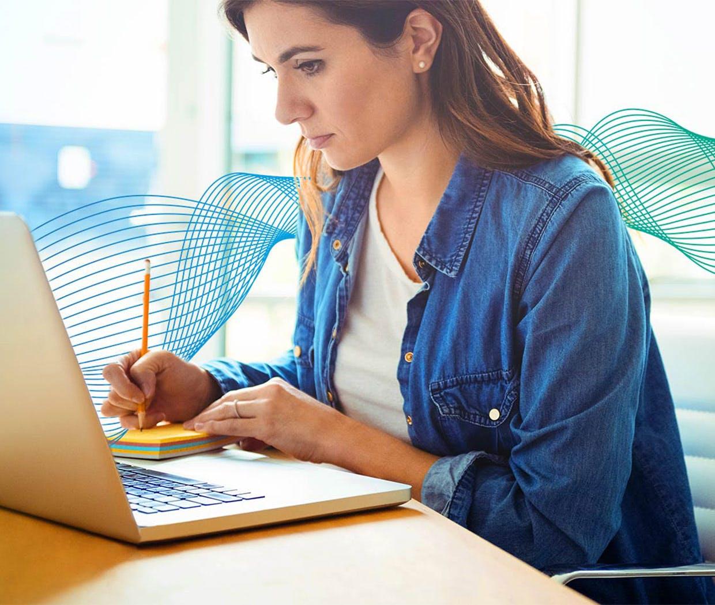 Nainen tietokoneella - Flunssan ehkäisy töissä