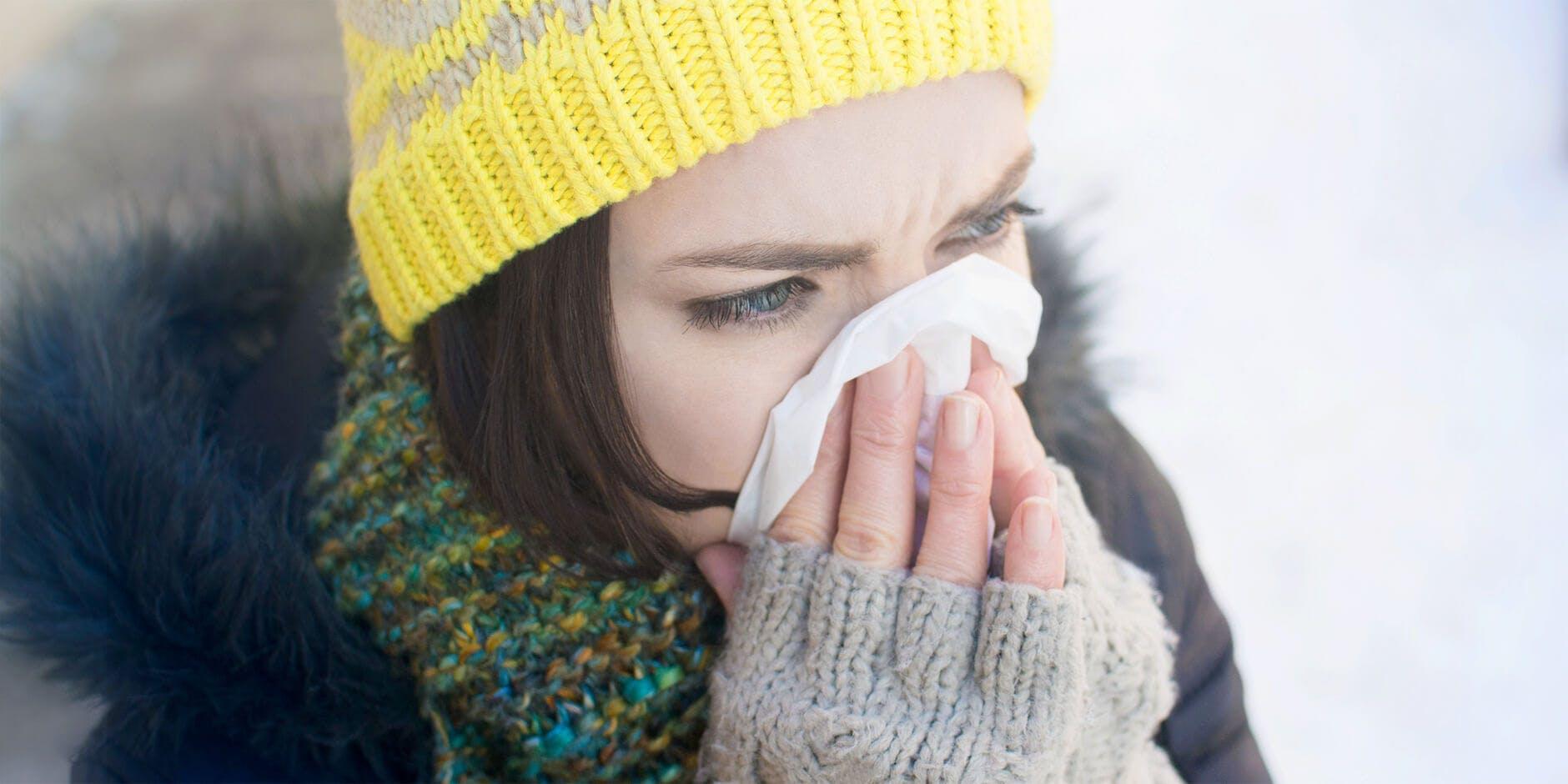 Nainen niistää paperiin - Flunssasta eroon