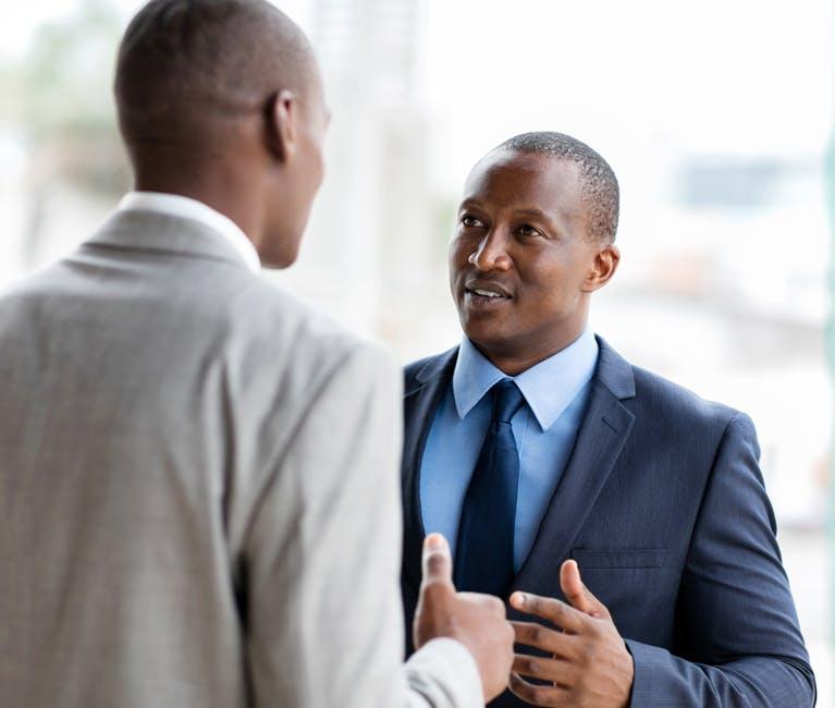 Deux hommes en santé bavardent au bureau