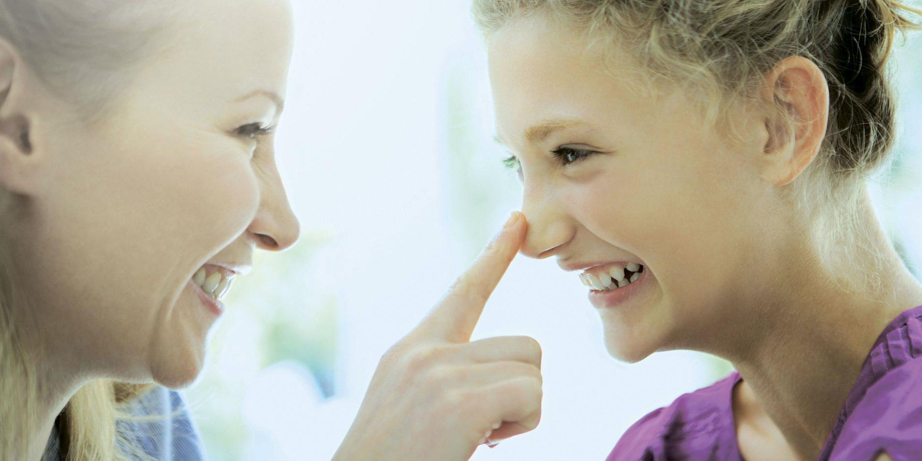 Après avoir utilisé des remèdes contre le rhume pour bébés, une femme touche le nez dégagé de sa fille.