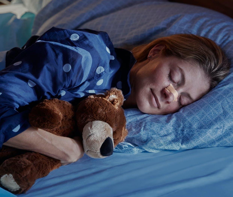 Femme qui dort paisiblement après avoir pris un décongestionnant nasal pour nez bouché.