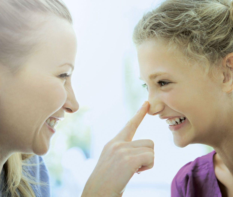 Moren berører datterens nese