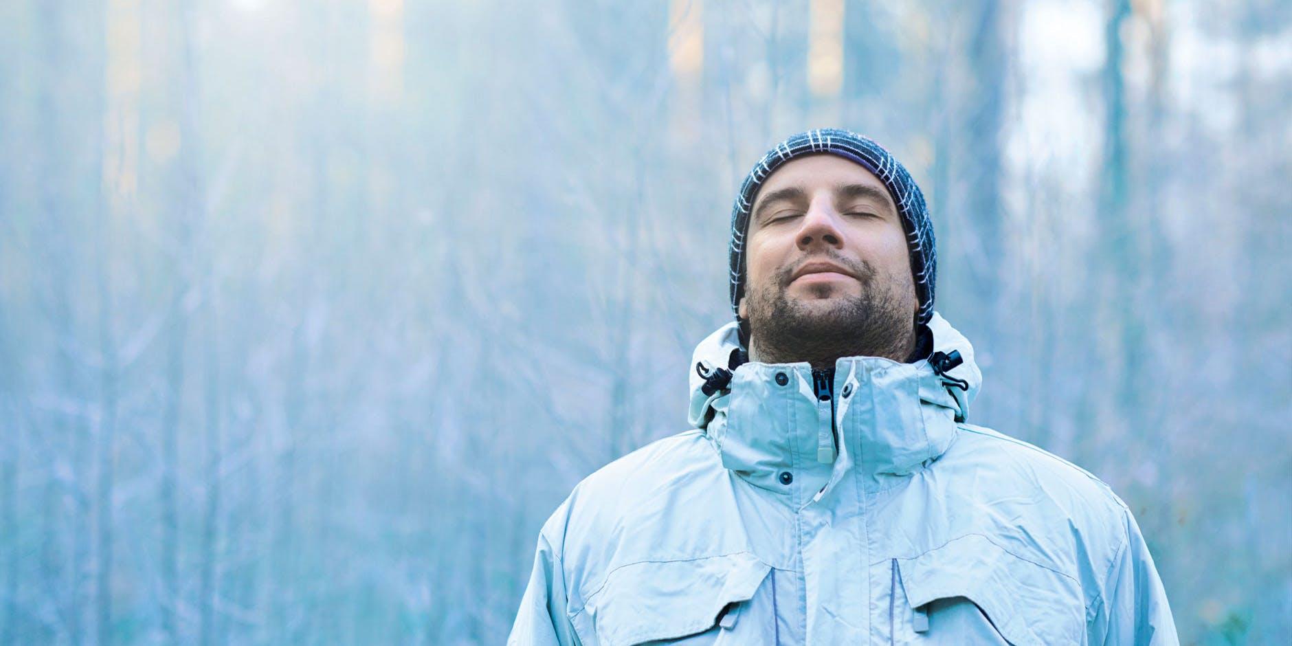 Homem alivia congestão nasal