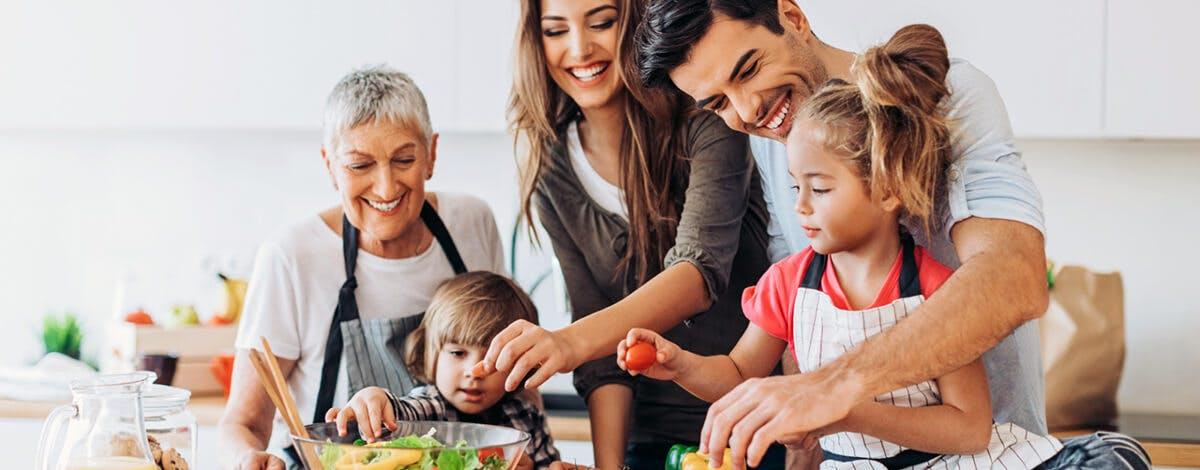 Šťastná rodina vaří v kuchyni