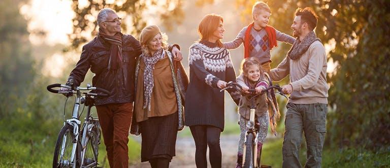 Rodina se prochází po lese.