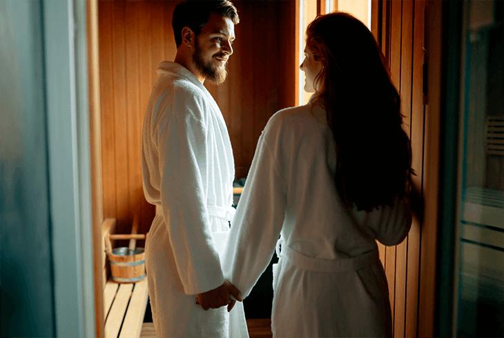 Glückliches Pärchen in der Sauna
