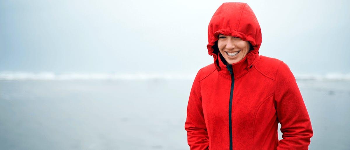 Frau mit Regenjacke im Regen