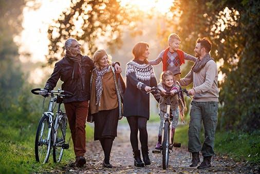 Ganze Familie bei einem Waldspaziergang.