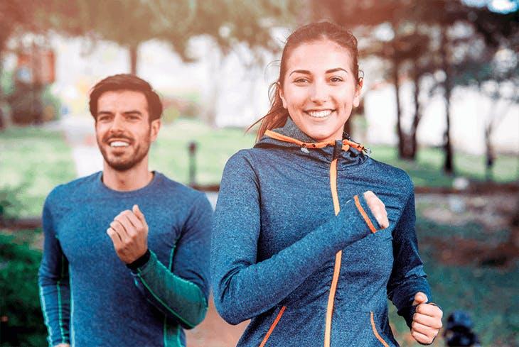 Mann und Frau joggen