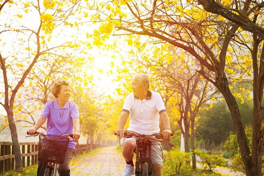 Healthy_old_couple_cycling