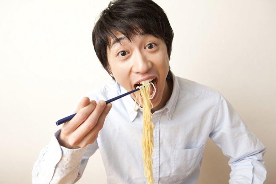 Man_eating_noodles