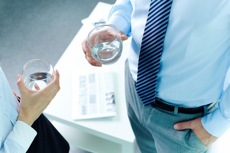 Man_holding_a_glass_of_water