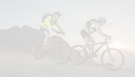 Dos jovenes al aire libre montando bicicleta