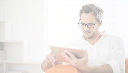 Hombre leyendo en una tablet