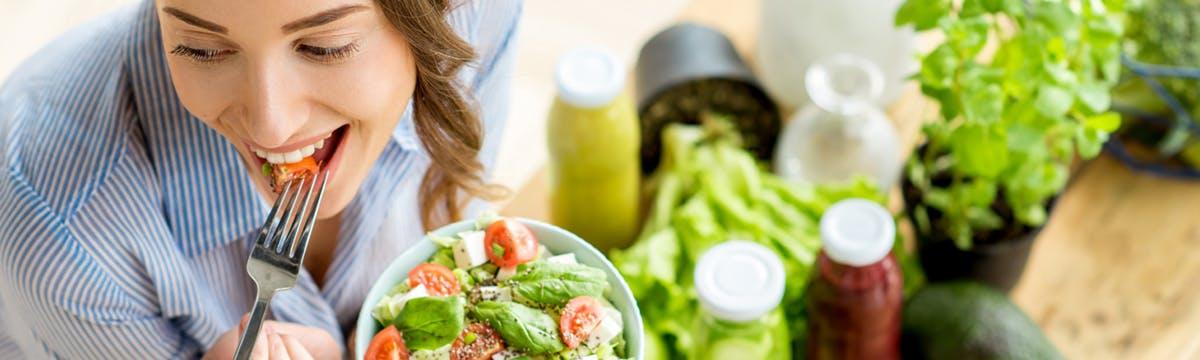 brecha_nutricional_comiendo_ensalada