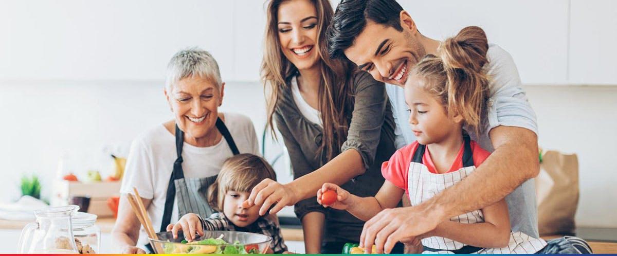 Egy boldog család főz a konyhában