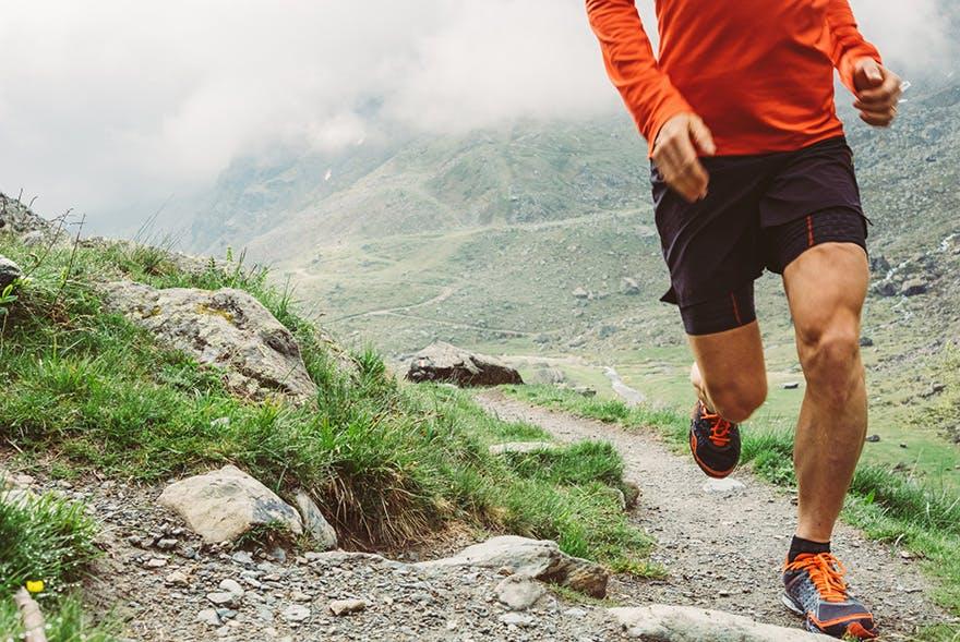 Mann läuft in den Bergen.