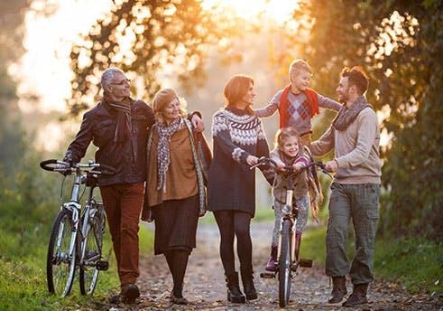 Uma família a dar um passeio pela floresta.