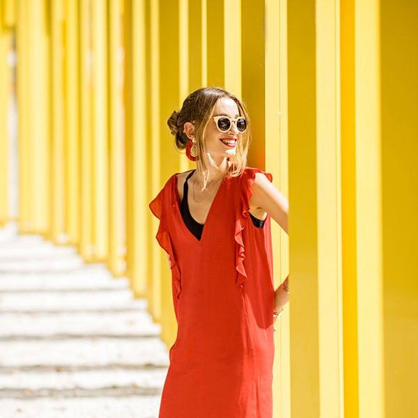 Mujer joven con vestido rojo
