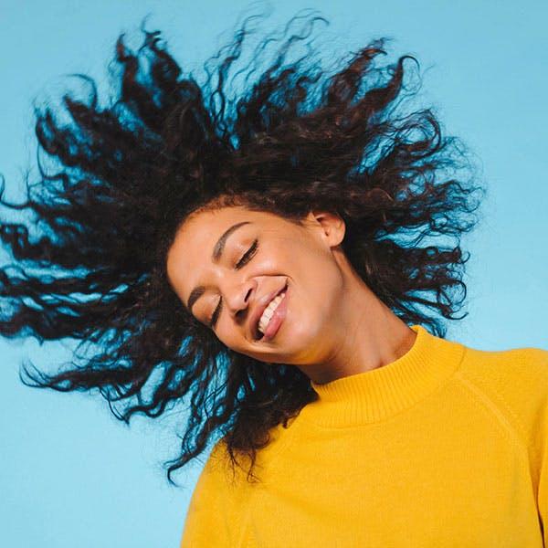 mujer joven que se toca el pelo