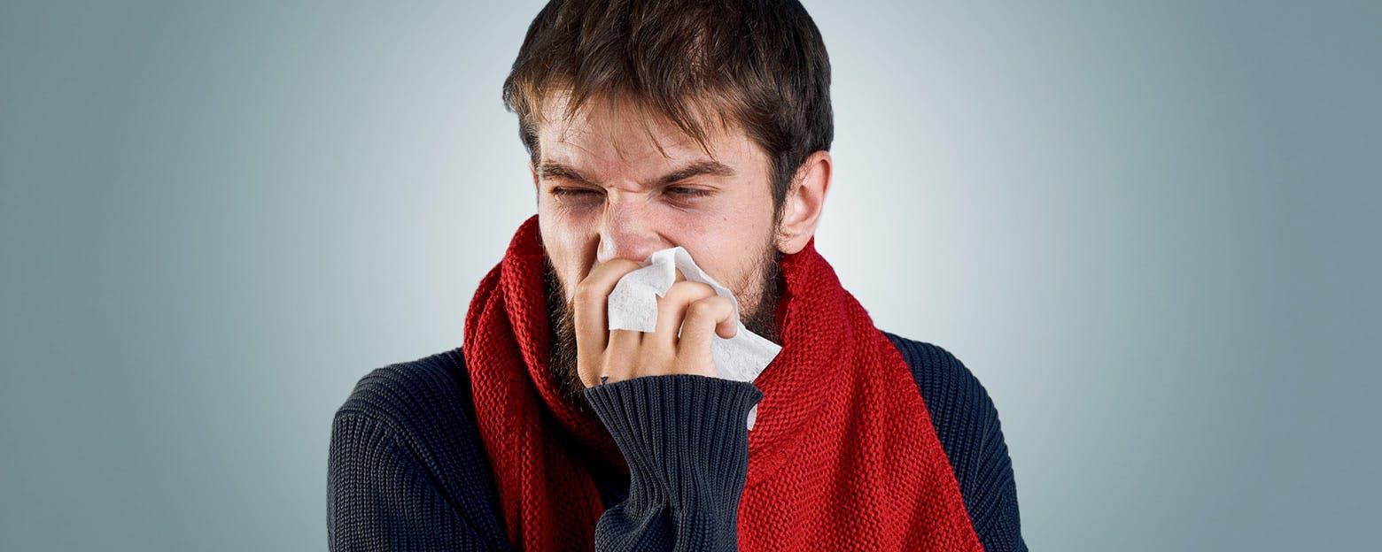 Homme atteint de congestion nasale