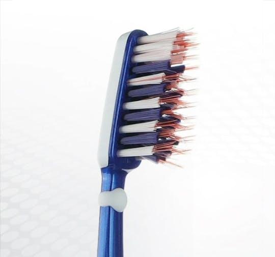 Detailansicht des Bürstenkopfes der Dr.BEST X-Zwischenzahn Zahnbürste