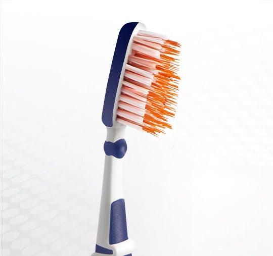 Detailansicht des Bürstenkopfes der Dr.BEST Zwischenzahn Zahnbürste
