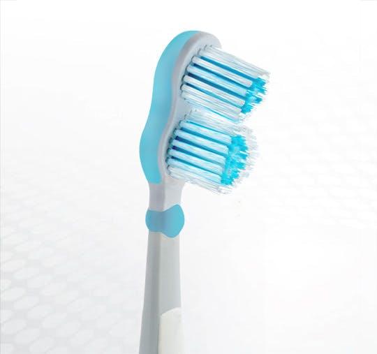 Detailansicht des Bürstenkopfes der Dr.BEST Polimed Kurzkopf Zahnbürste