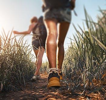 Πόδια από κοπέλες που περπατούν στη φύση
