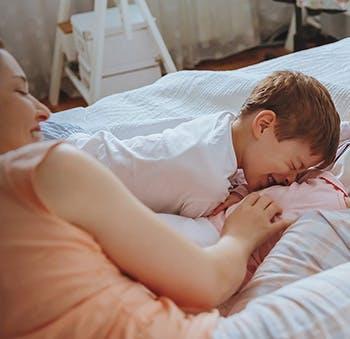 Aby Twoja skóra pozostała zregenerowana i obojętna na wpływ stresu, pamiętaj o co najmniej siedmiu godzinach snu każdej nocy.