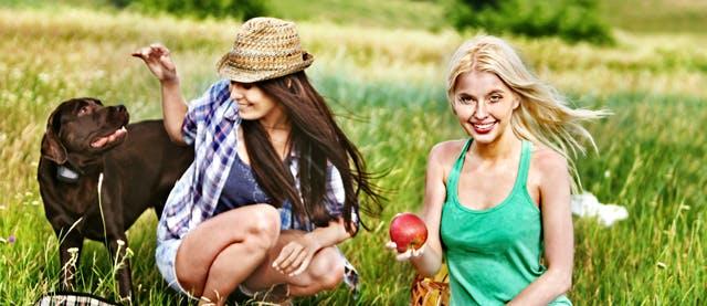 Femei cu caine la picnic
