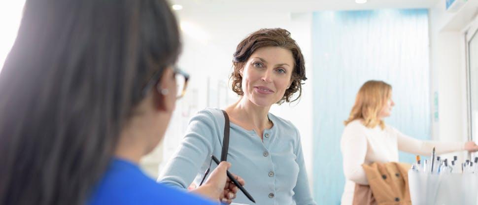 Patient am Empfang in der Zahnarztpraxis
