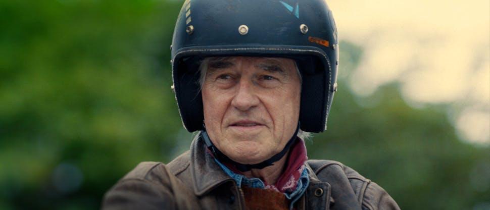 Ben mit Motorradhelm