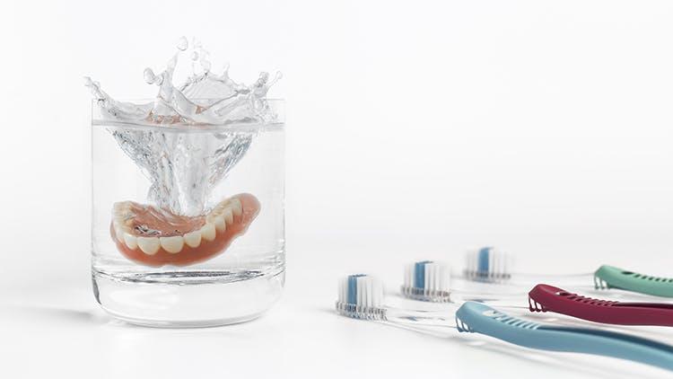 Soins quotidiens des prothèses dentaires à domicile
