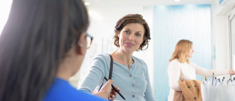 Patient à la réception d'un cabinet dentaire