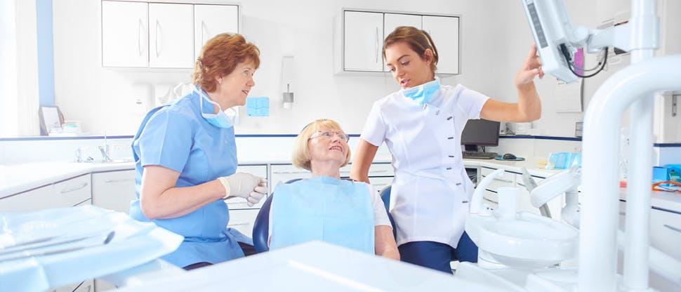 Équipe di professionisti dentali