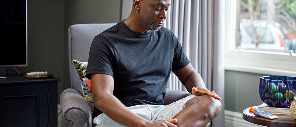 Mężczyzna z bólem kolana