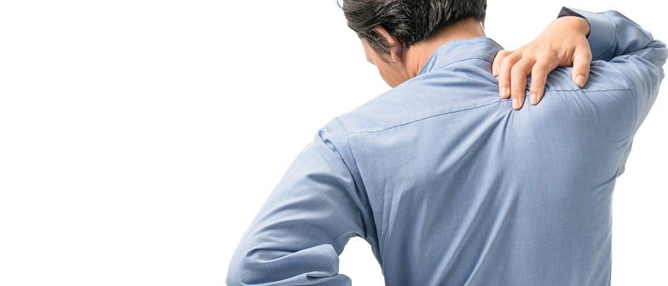 Mężczyzna trzymający się za górną część pleców