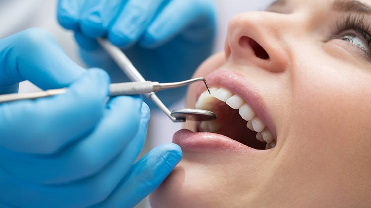Pacjentka poddawana kontroli stomatologicznej