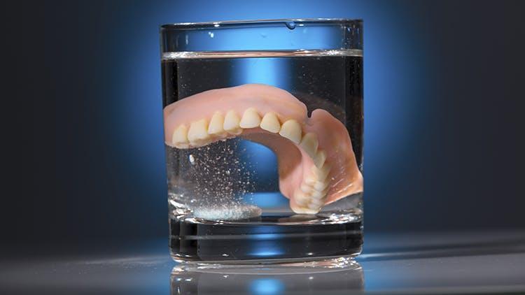 Infográfico higiene de próteses dentárias