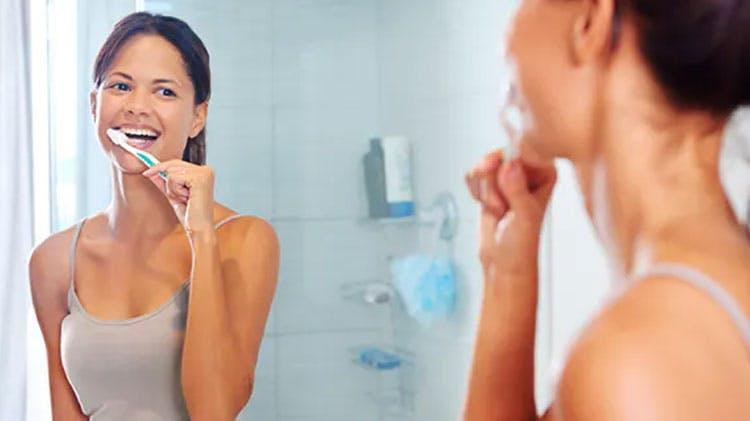 Mulher a escovar