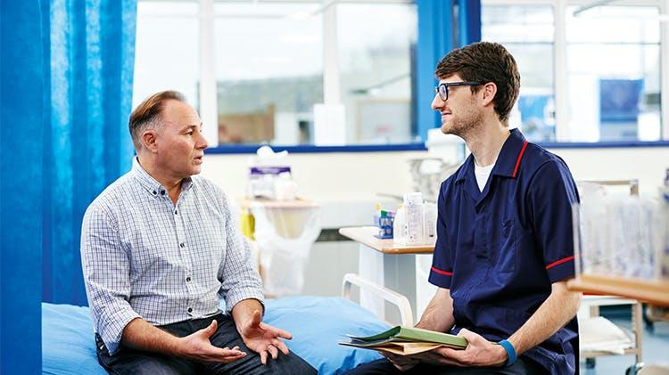 Bărbat discutând cu medicul
