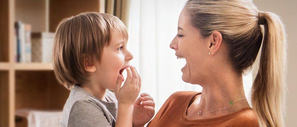 Copil fericit cu mama lui
