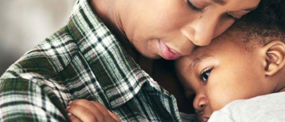 Femeie cu un copil febril