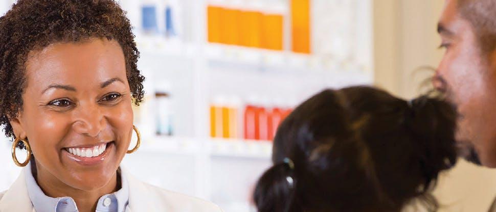 Farmacist uitându-se la un copil